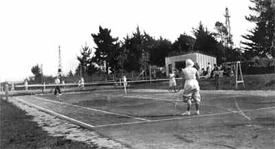 Opening of new court, 1920. The foreground court appears to be the old court, the new court is in the background left. Note also the power pylons. The left hand pylon was positioned at approximately the end of Baker Street. Photo: A. Bowater.